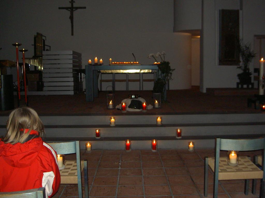 Die ganze Pfarrkirche wird von warmem Kerzenlicht erleuchtet