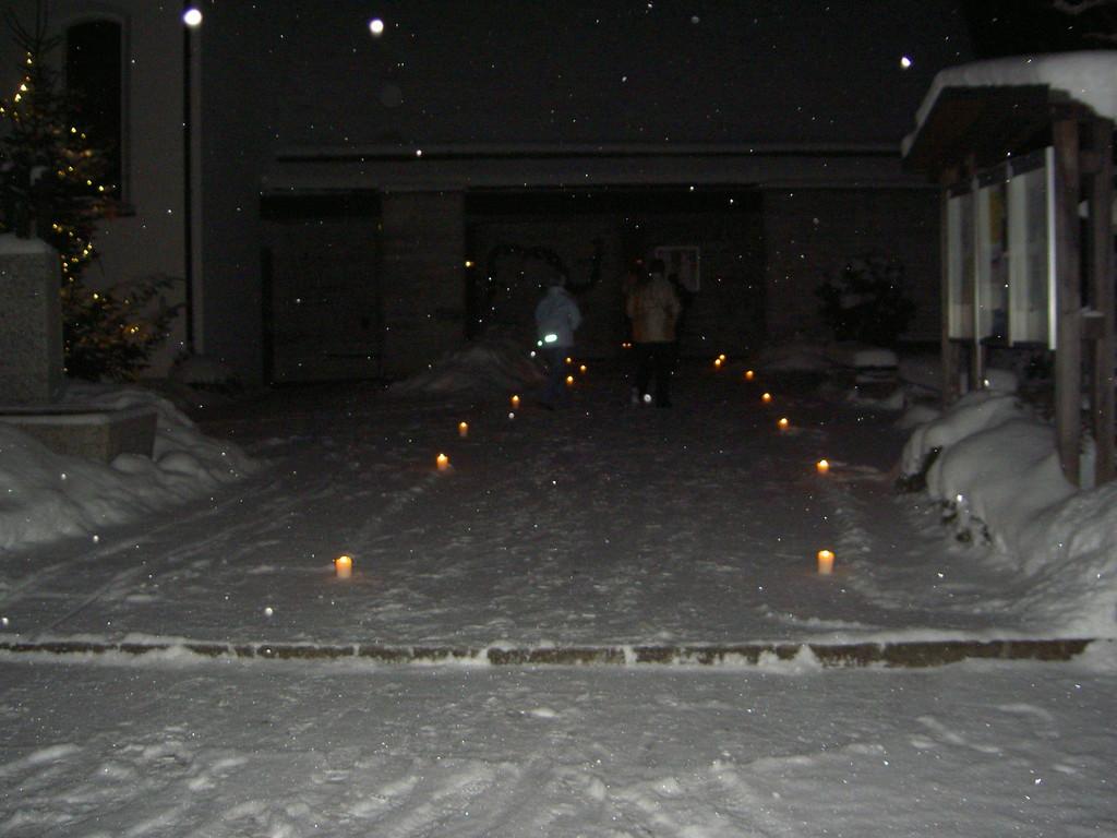 Kerzenlicht erwartet die Besucher schon vor der Kirche