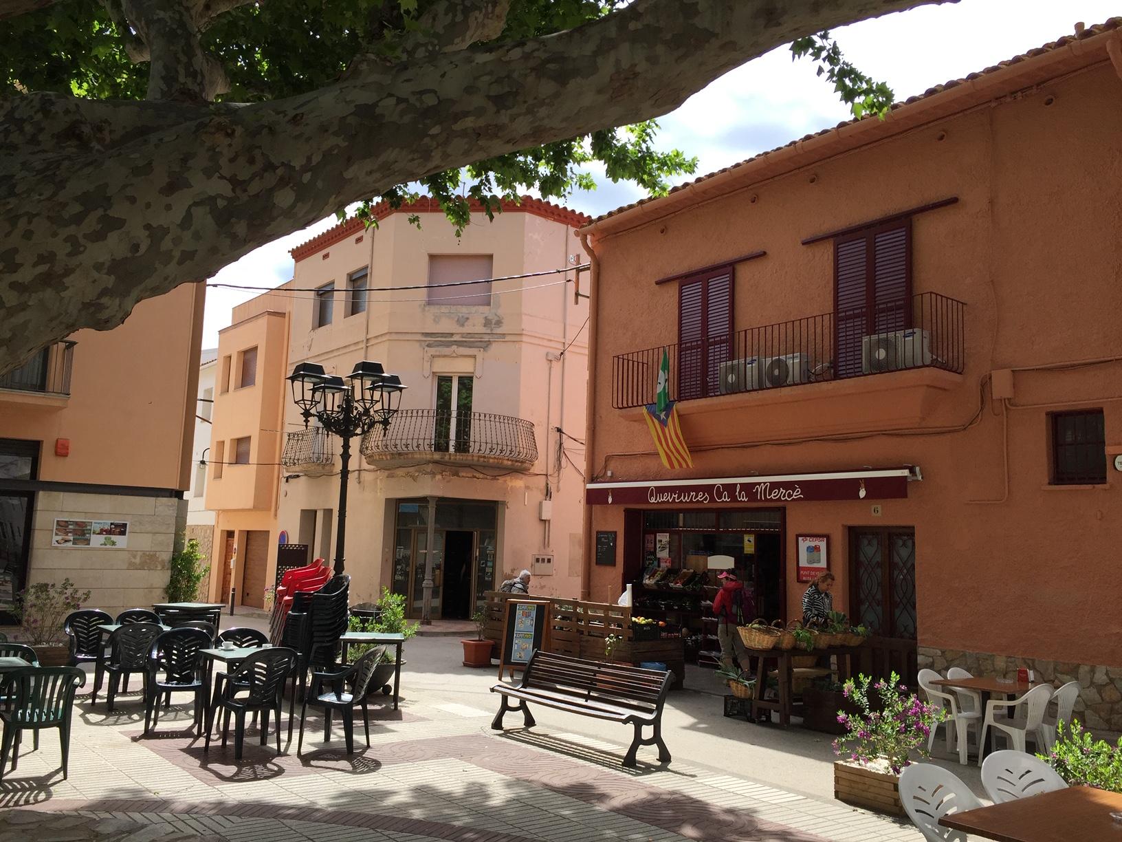 Der Ort hat eine hübsche kleine Innenstadt. Perfekt, um dort frühstücken zu gehen.