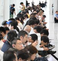 JR大阪駅のベンチで運転再開を待つ人たち(18日).png