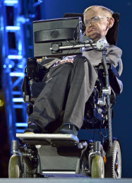 2012年8月、ロンドン・パラリンピック開会式に登場したホーキング博士=ロイター