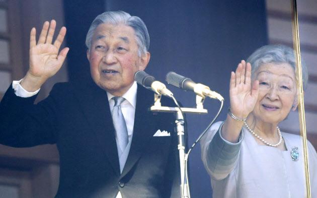 新年の一般参賀で、集まった人たちに手を振る天皇、皇后両陛下(2日、皇居)