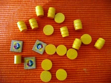 Das sind die Spielmaterialien, die ein Spieler bekommt. Es gibt die Farben Gelb, Rot, Blau und Lila.