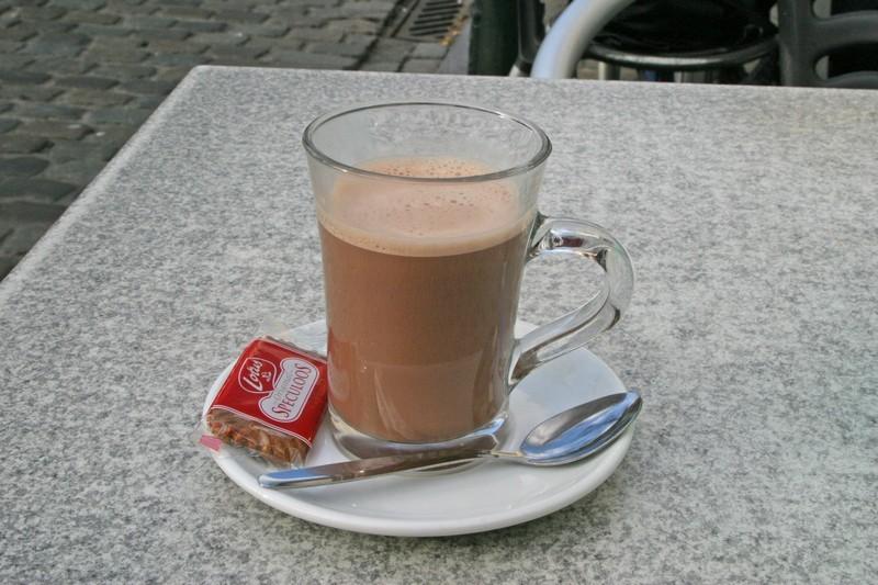 un chocolat en terrasse au marché aux puces