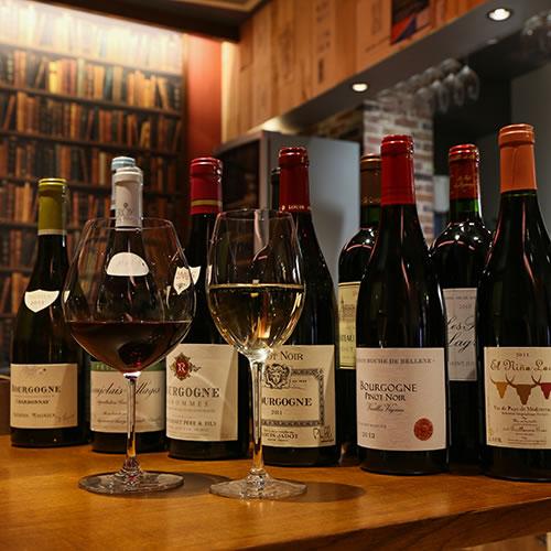 ソムリエ厳選の充実した「常時60種類以上のワインリスト」からリーズナブルプライスで提供