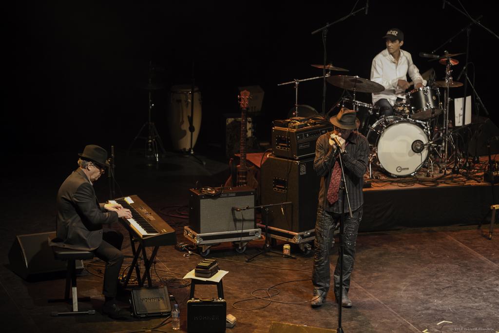 Jean-Louis Guinochet (piano), Marc François (Harmo) et Gémel Zouggar (batterie). Concert de Mad In Blues and The Chicago Family en novembre 2013. En première partie de Big Daddy Wilson. Festival de Jazz de Draguignan.