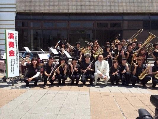 高崎駅130周年記念イベントにおきまして、演奏をさせていただきました。 汗ばむような陽気の下でしたが大勢のお客様にお越しいただくことが出来、全2回,7曲の演奏を無事終えることができました。