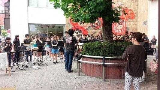 高崎駅近くで開催された「フェト・ド・ラ・ミュージック」へ参加してまいりした!多くのお客さんが足を止め、耳を傾けてくれました。