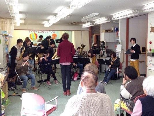 デイサービスセンターAmiにて、訪問演奏をさせていただきました。「篤姫メインテーマ」等を演奏したあと、Amiの皆さんと一緒に「赤とんぼ」を歌いました。