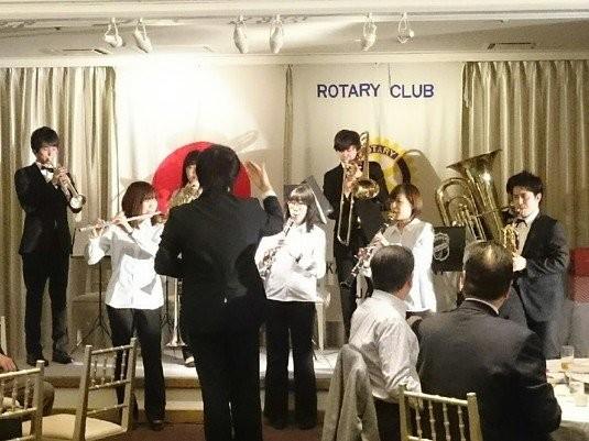高崎シンフォニーロータリークラブ様のクリスマスパーティーにて演奏をさせていただきました! 最後には「三扇節」を演奏して、皆様に楽しんでいただけたようです。
