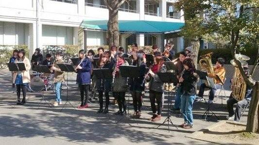 お昼休みに2号館前で学内演奏を行いました。曲は「学園天国」と「あまちゃん」でした。昨年12月にはクリスマス曲を演奏する予定でしたが、あいにくの天気で、今回が新体制になってからの初めての学内演奏となりました。