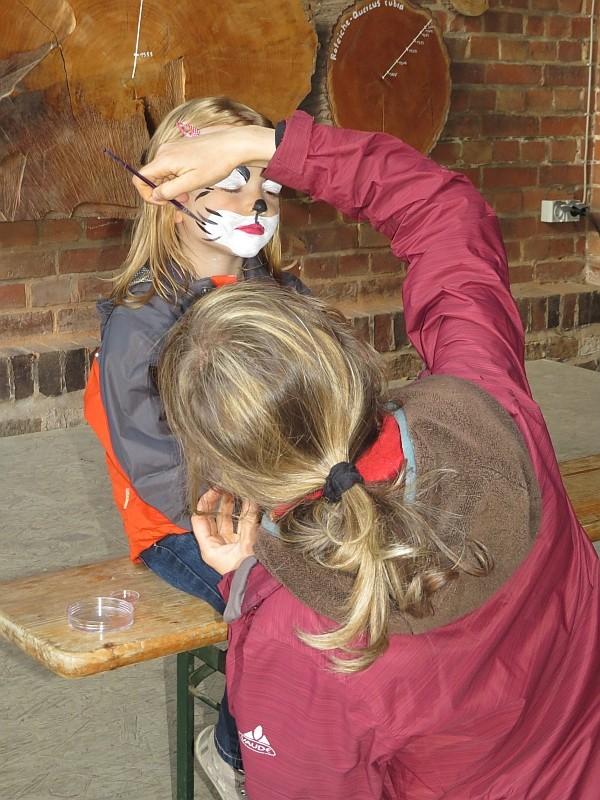 Für die Jüngsten gab es Ratespiele und Bastelangebote. Beim Kinderschminken konnten sie sich auch in tierische Stadtbewohner verwandeln lassen, beispielsweise in Fuchs, Fledermaus oder Katze.
