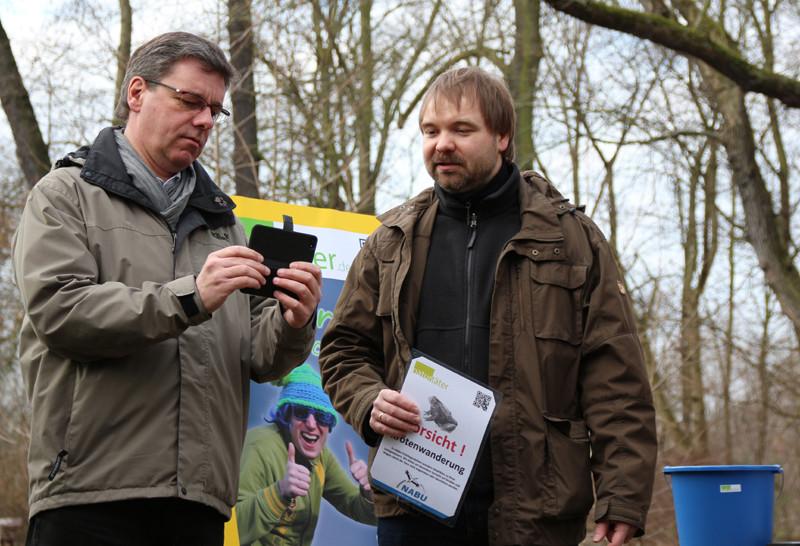 Die Verbindung zu Naturtäter.de ist geglückt - Umweltminister Frank Kupfer und René Sievert.<p/>Foto: Ina Ebert