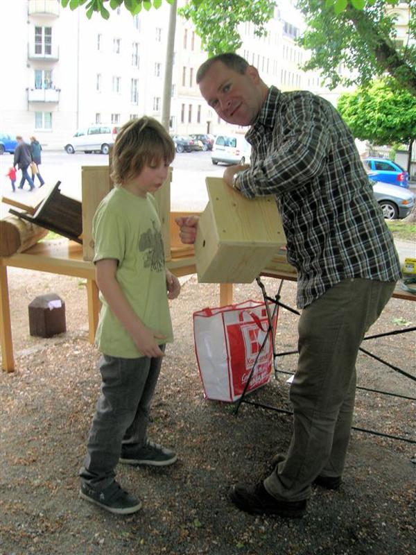 NABU-Experte Karsten Peterlein informierte über Nisthilfen und demonstrierte den Bau von Meisenhöhlen. Foto: Kirsten Craß