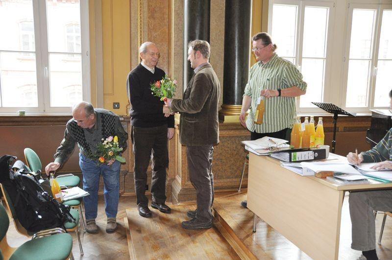 ... danach an Erhard Berbig. Von Heiko Thonig gab es eine Flasche Birnensaft von selbst geernteten Streuobst-Birnen.