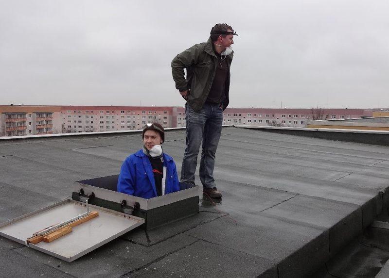 <p>Nach der staubigen Arbeit im Dachboden freuen sich die Vogelschützer über eine Pause an der frischen Luft.</p>Foto: Silvia Fischer