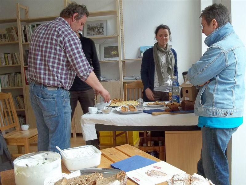 Auch Kräuterquark und frisches Biobrot warteten auf die Gäste. Foto: Philipp Steuer