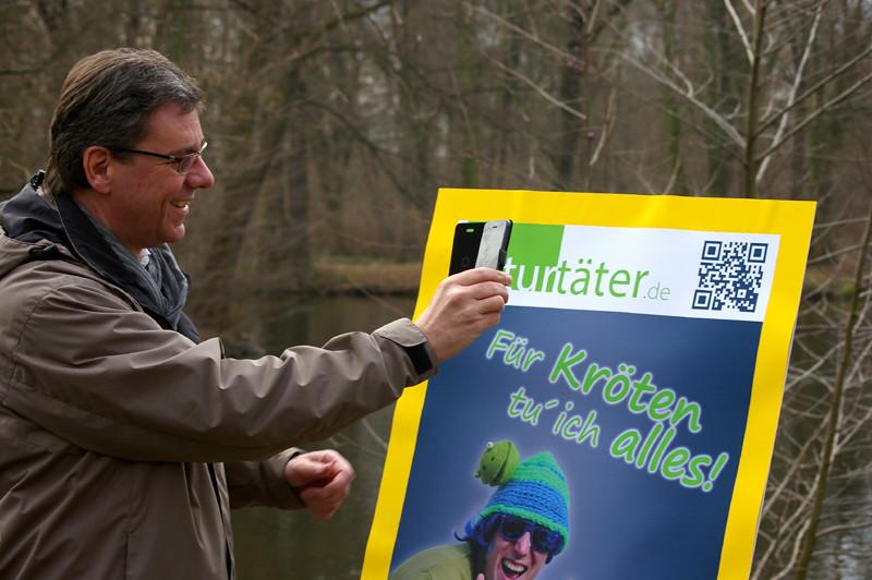 Frank Kupfer scannt den QR-Code.<p/>Foto: Uwe Schroeder
