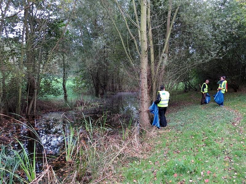 Nach der Reinigung der Amphibienleitanlage haben die Naturtäter noch die Ufer der Schönungsteiche von Unrat befreit.