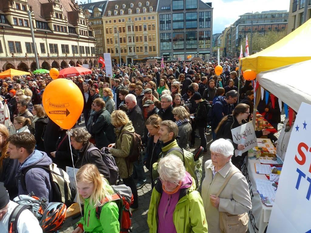 Kurz vor Beginn des Demonstrationszugs um 14 Uhr füllt sich der Marktplatz.