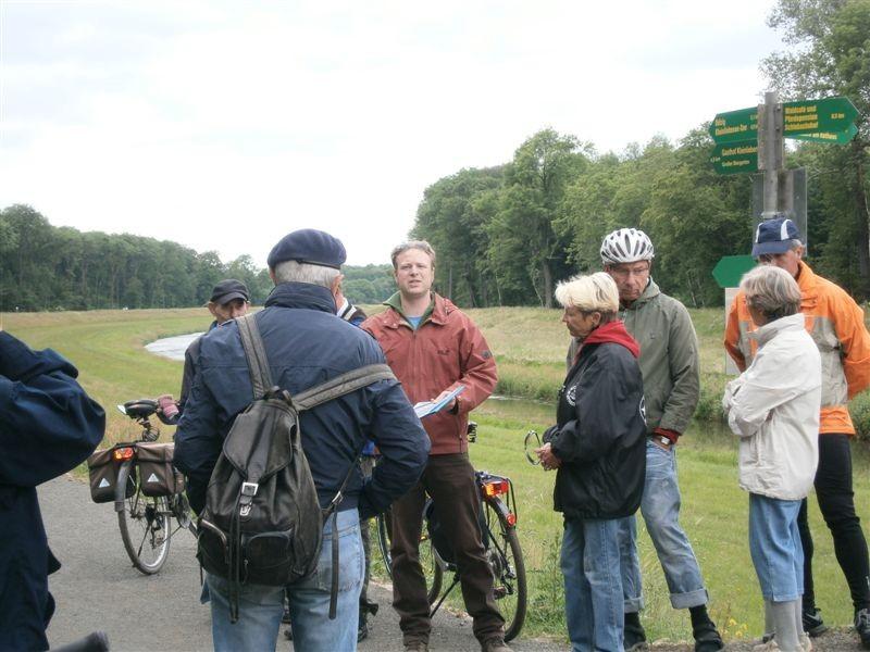 Die Fahrradexkursion macht Station auf dem Deich an der Neuen Luppe.<p/>Foto: Torsten Wilke