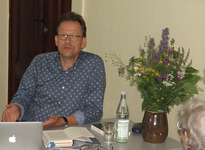 Es entwickelten sich angeregte Diskussionen mit dem Experten für Stadtökologie. Am Ende wurden noch einige handsignierte Ausgaben seiner Bücher verkauft.