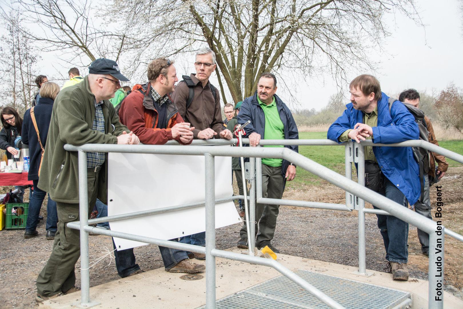 Meinungsausstausch am neuen Einlassbauwerk: Vertreter von UFZ, DLR und NABU im Gespräch.