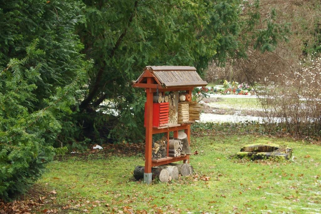 Auch ein Inselktenhotel bietet zahlreiche Unterschlupfmöglichkeiten, zum Beispiel für Wildbienen.