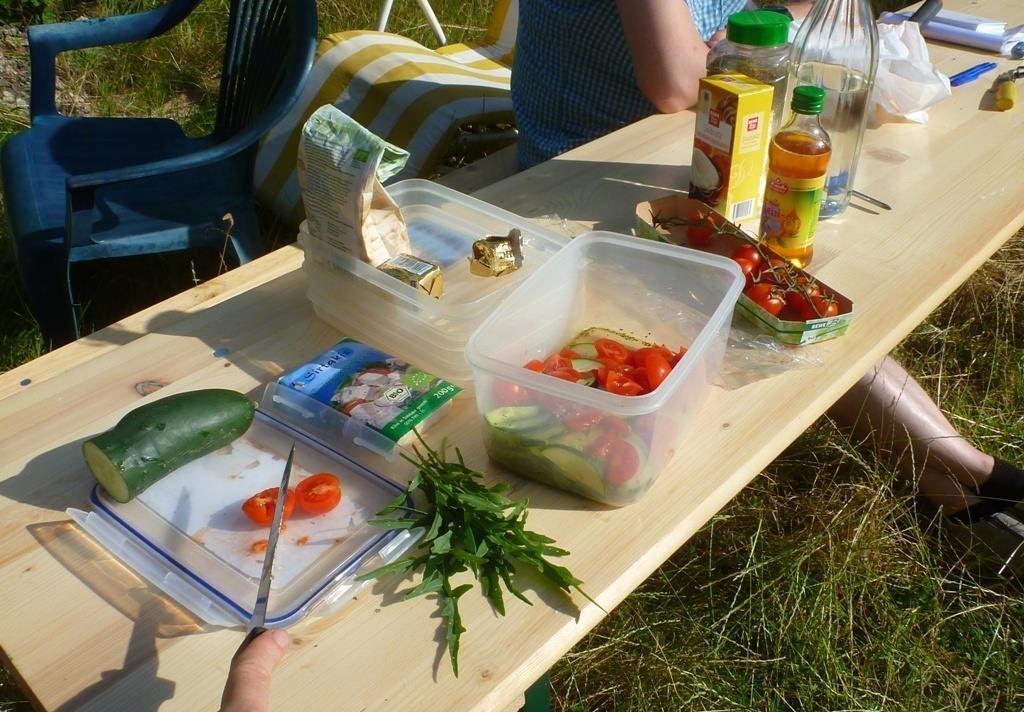 Vorbereitung für den abendlichen Ausklang: Salat. Und beim nächsten Mal dann hoffentlich mit eigenen Tomaten.
