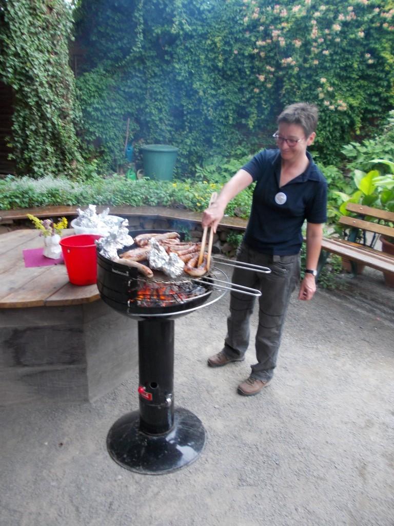 Kirsten Craß vom NABU-Vorstand betreute den Grill.</p>Foto: René Sievert