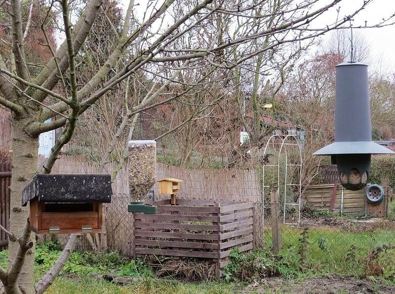 Auch für die kalte Jahreszeit hat der Naturgarten Vogelhäuschen zu bieten: zahlreiche Futterstellen.
