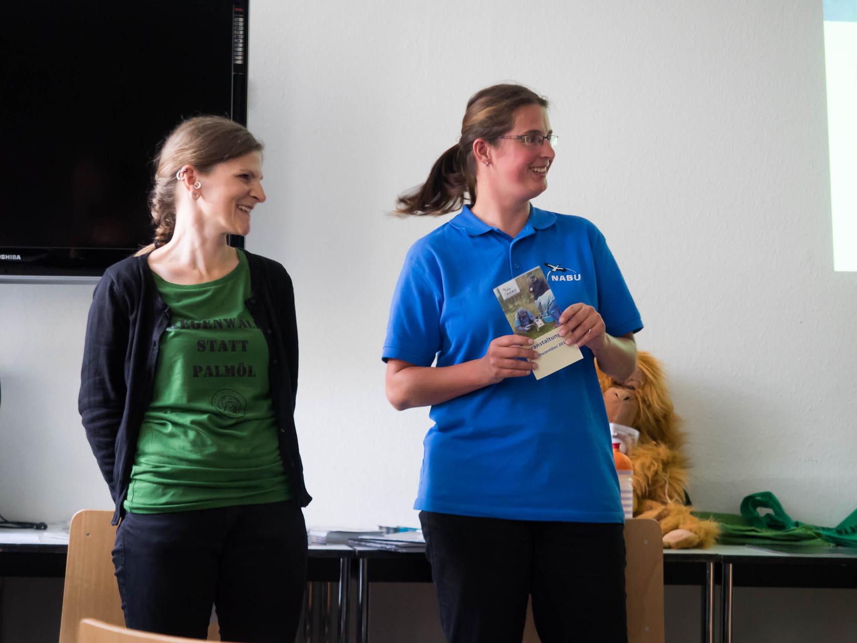 Daniela Dunger vom NABU Leipzig (rechts) begrüßte die Gäste und Referentin Cindy Höll (links) im Naturkundemuseum.
