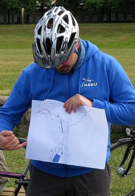 Angereist waren einige Naturfreunde gemeinsam mit dem Fahrrad. NABU-Exkursionsleiter René Sievert hatte bei der mehrstündigen Fahrradtour durch Stadt- und Aue den Teilnehmern viel zu erzählen.
