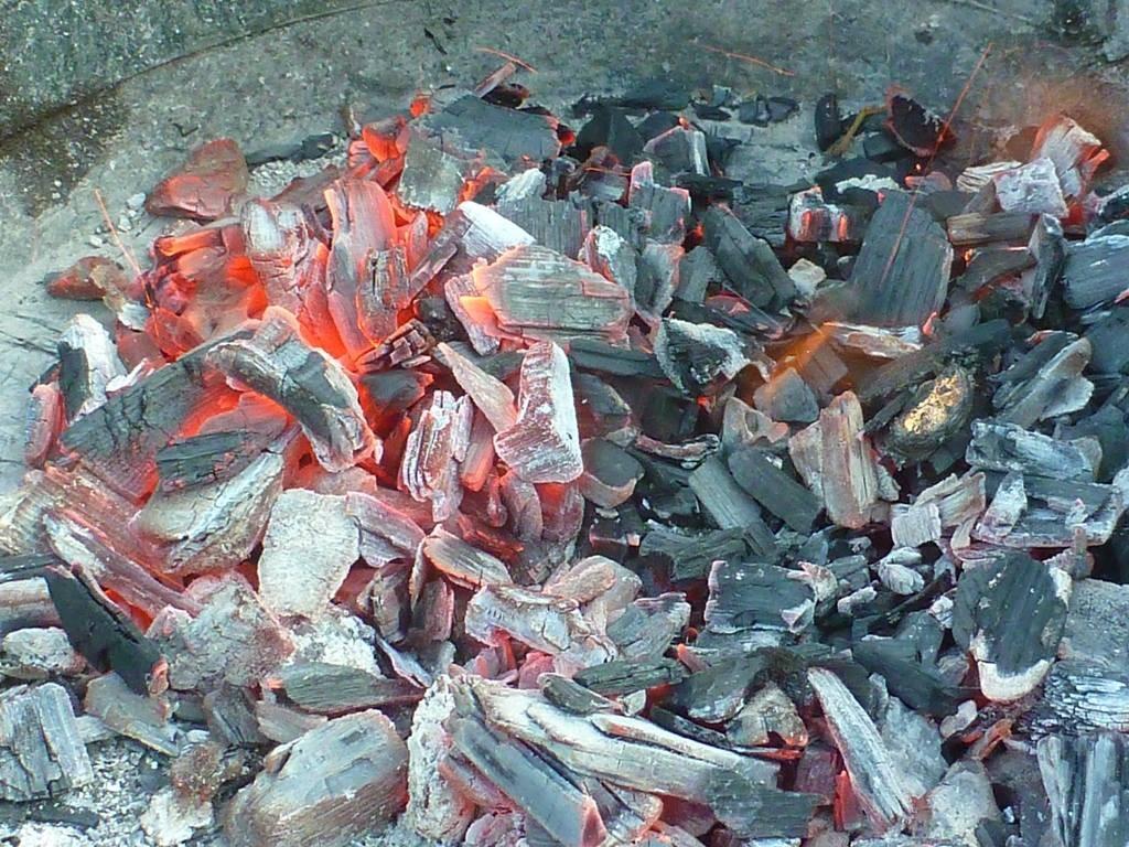 Zum Abschluss ein kleines Feuerchen mit Würstchen, Stockbrot und Salat.