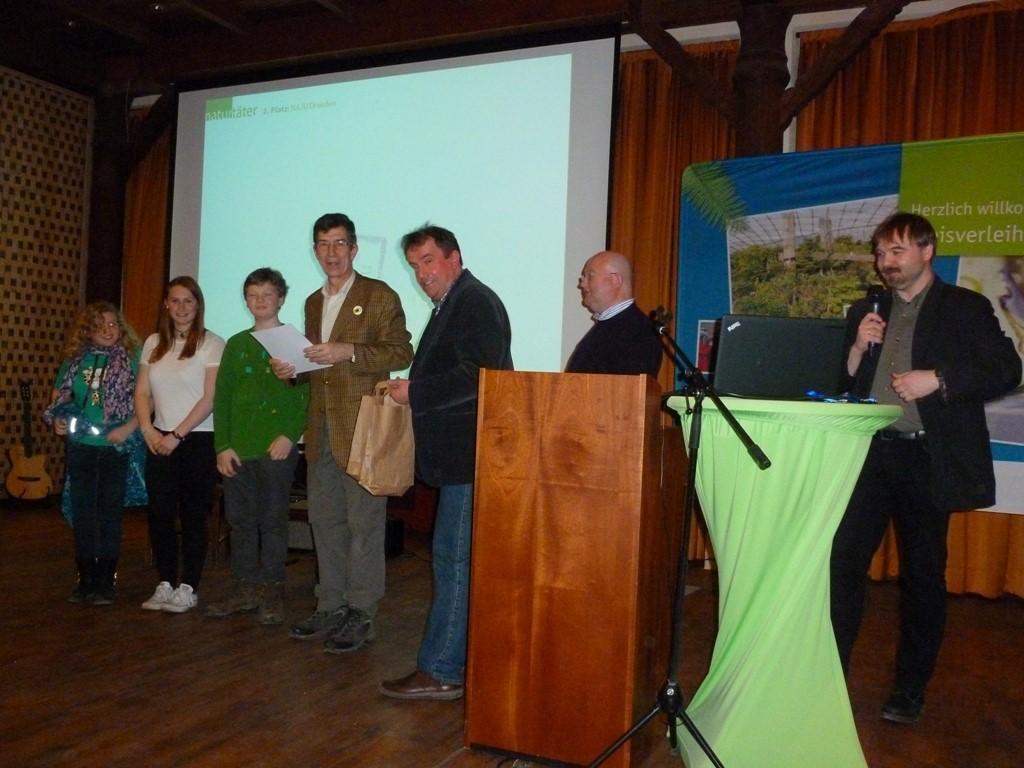 Übergeben wurden die Preise von Dr. Hartmut Schwarze (SMUL) (4.v.l.), Bernd Heinitz (NABU) (5.v.l.) und Dietmar Kammerschen (LaNU) (6.v.l.).<p/>Foto: Daniela Dunger