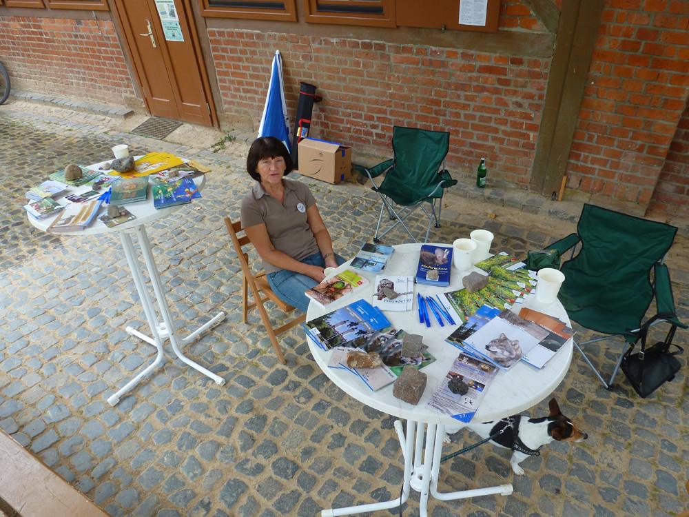 Informationen über die Arbeit des NABU Leipzig gab es direkt vor der Auwaldstation Leipzig am Infostand, der von Heidi Weber betreut wurde.</p>Foto: Daniela Dunger