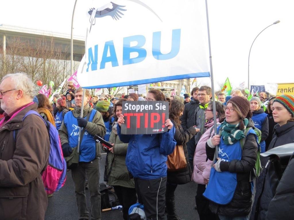 Die Leipziger mit NABU-Fahnen und Postern mit klarer Absage an das EU-USA-Handelsabkommen TTIP.