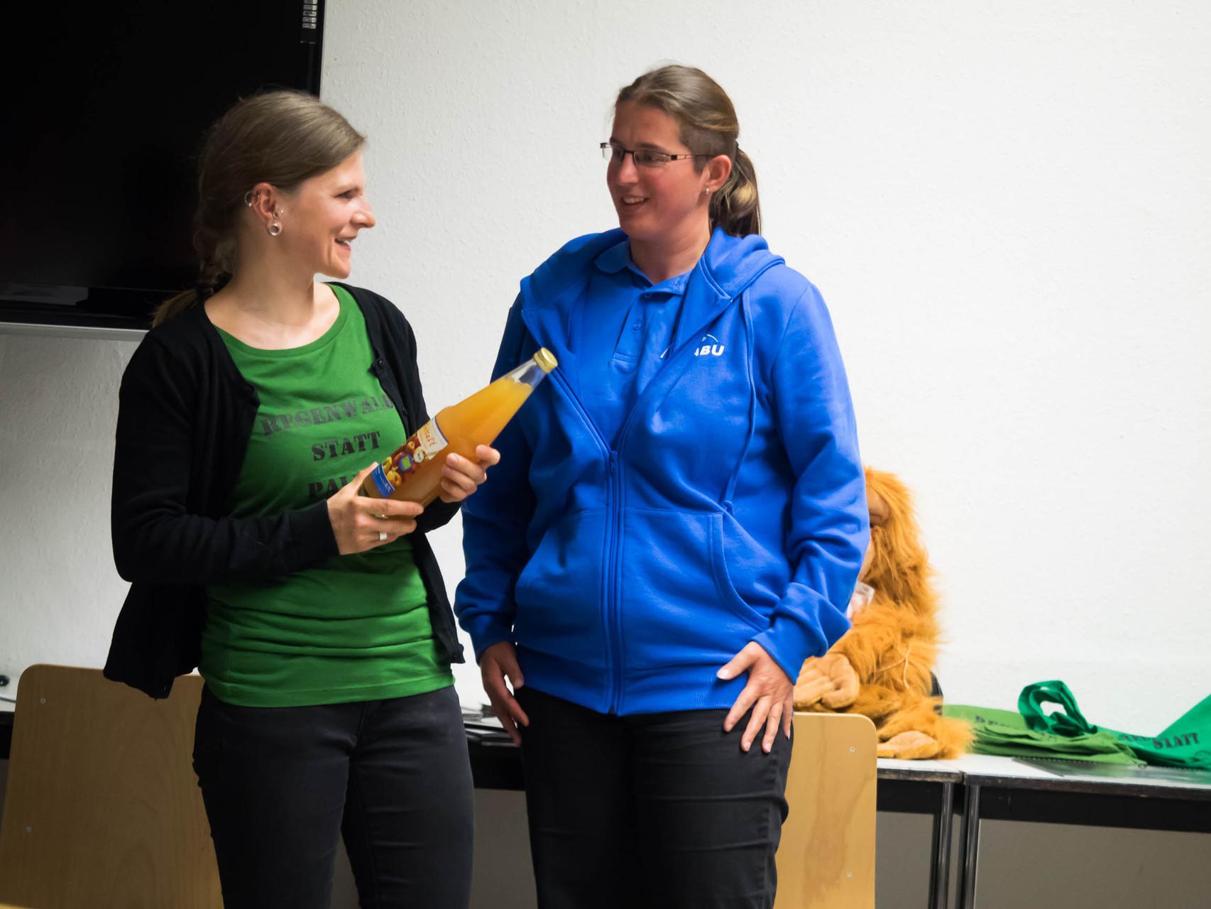 21 Natur- und Regenwaldfreunde waren beim Vortragsabend dabei. Der NABU Leipzig bedankte sich bei Cindy Höll unter anderem mit einer Flasche NABU-Bioapfelsaft.