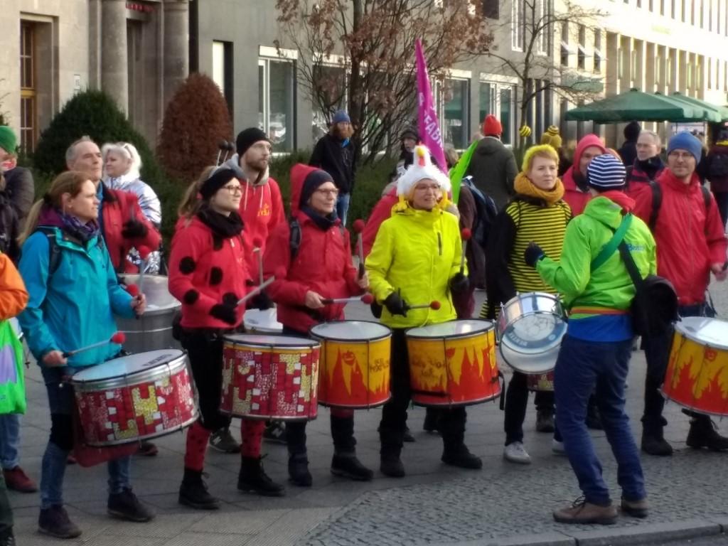 Die Demo war nicht nur bunt, sondern stellenweise auch laut. So sorgten gleich mehrere Trommlergruppen für heiße Rhythmen.</p>Foto: Beatrice Jeschke