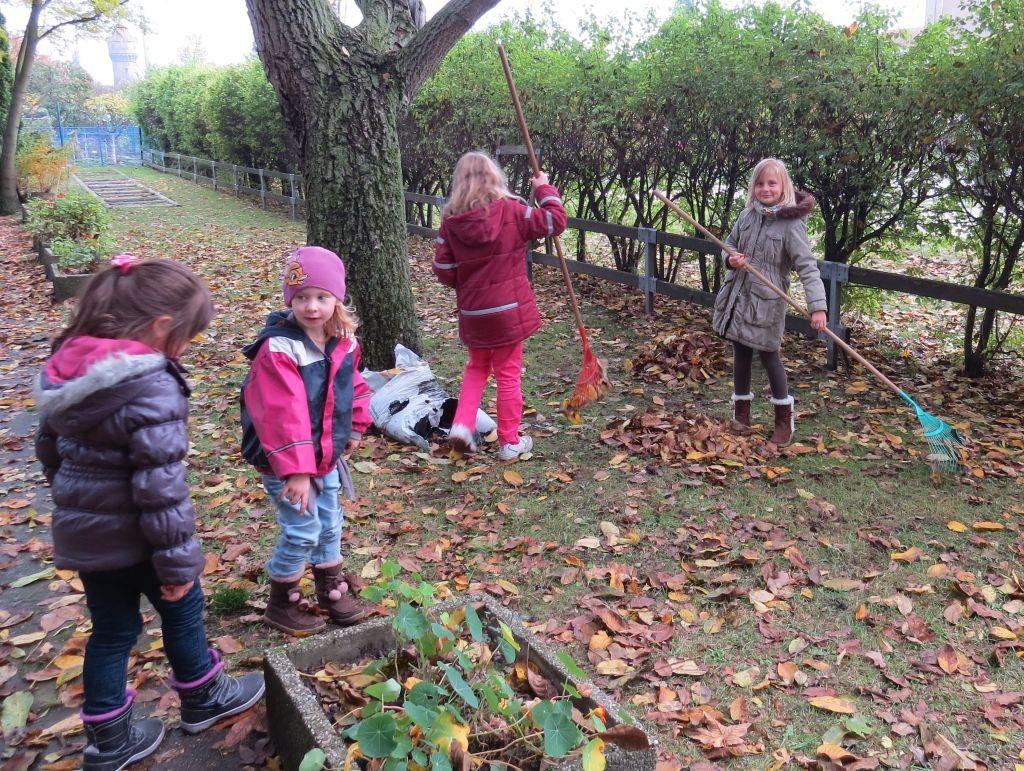Arbeitseinsatz im Schulgarten der 24. Grundschule.