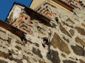 Zahlreiche Bruthöhlen gibt es in der Mauer der Sommerfelder Kirche. Foto: Karsten Peterlein