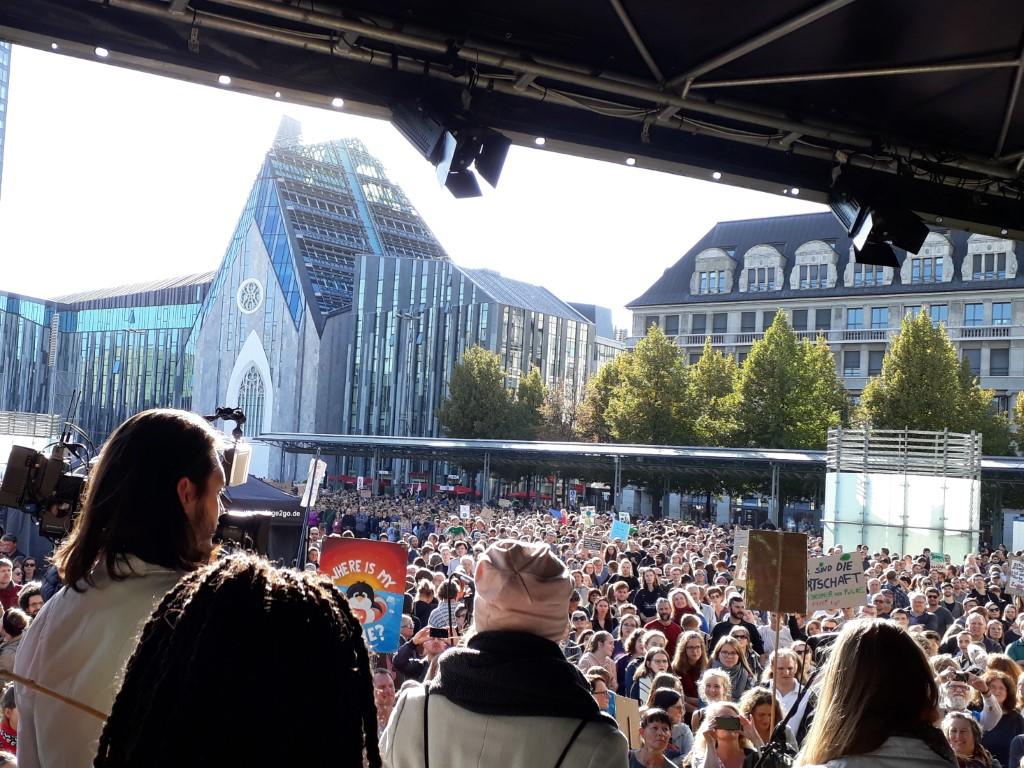 Tausende Menschen versammelten sich auf dem Augustusplatz. Die Hauptbühne stand vor der Oper.
