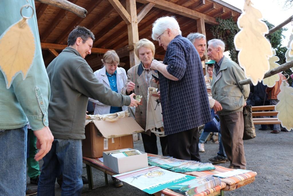 Viele Naturfreunde nutzten die Veranstaltungspause nach den Fachvorträgen, um sich mit Informationsmaterial über das Auwaldtier des Jahres 2013 zu versorgen. Begehrt ist auch die Baumwolltasche mit einer Grafik der Ufer-Laubschnecke. Foto: Maria Vitzthum