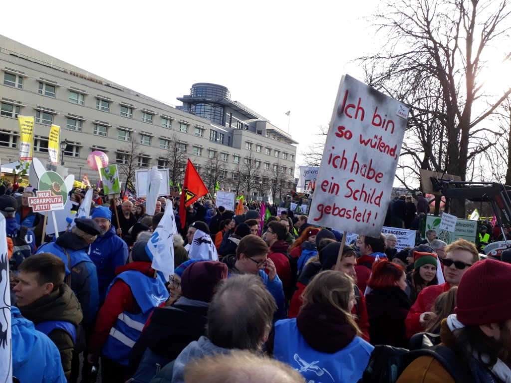Mit kreativen Bannern und Schildern sorgte die NAJU immer wieder für Hingucker.</p>Foto: René Sievert