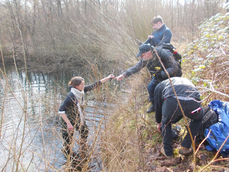 Teamwork am Ufer: Einer badet, einer nimmt die Messgeräte in Empfang, einer bedient den Laptop, der bei den kalten Außentemperaturen aber manchmal nur unwillig seinen Beitrag zum Teamwork leistet.