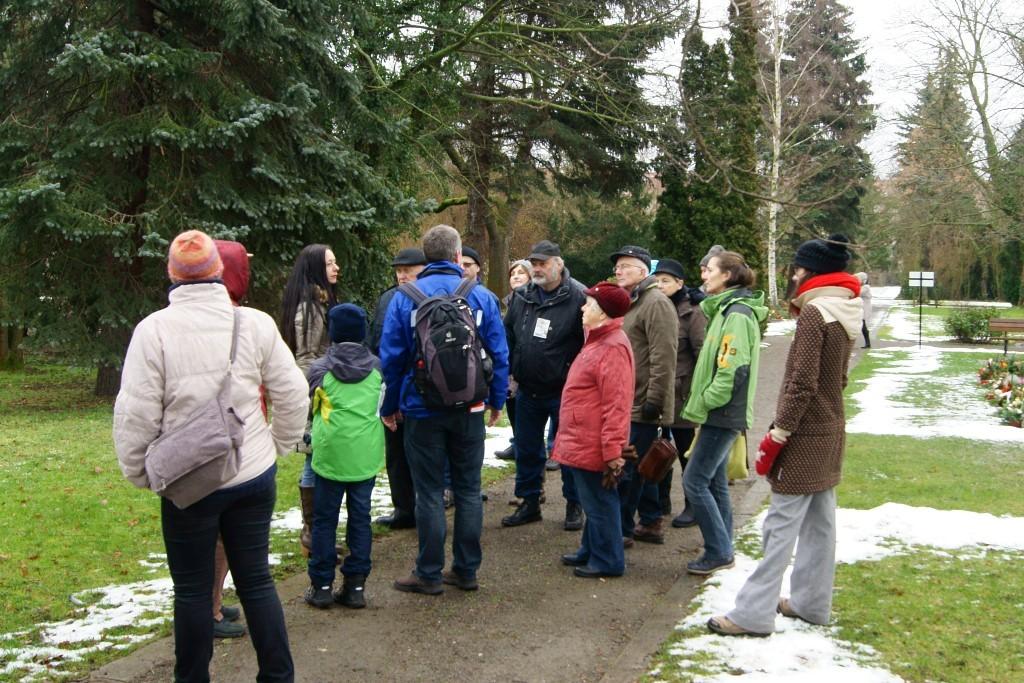 """Die Teilnehmer konnten nicht nur Wissenswertes über die Vogelwelt erfahren, sondern auch über das NABU-Projekt """"Lebendige Friedhöfe""""."""