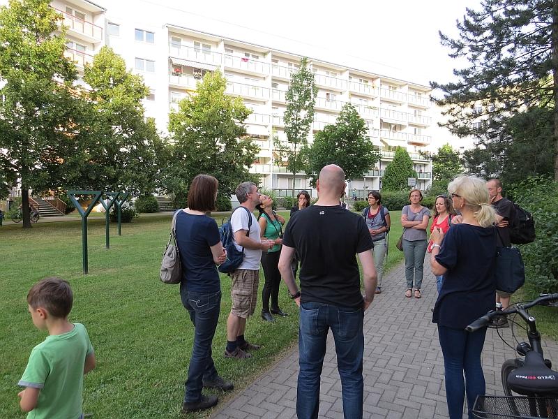 Exkursion zu den Mauerseglern in Grünau. In den Plattenbauten hier finden sie Brutplätze in Nisthilfen.