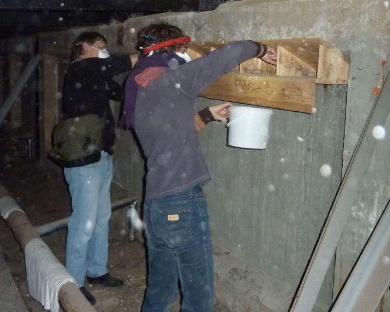 Der NABU-Arbeitskreis 'Vogelschutz in der Stadt' hat die Patenschaft für etwa 800 Mauerseglernistkästen übernommen. Viele wurden jahrelang nicht gewartet und mussten dringend repariert werden.