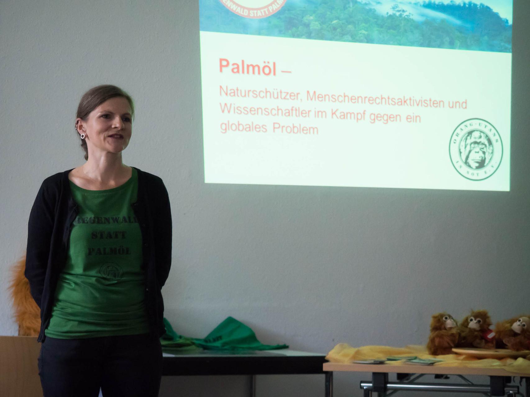 """Cindy Höll vom Verein """"Orang-Utans in Not"""" informierte über das globale Problem Palmöl..."""
