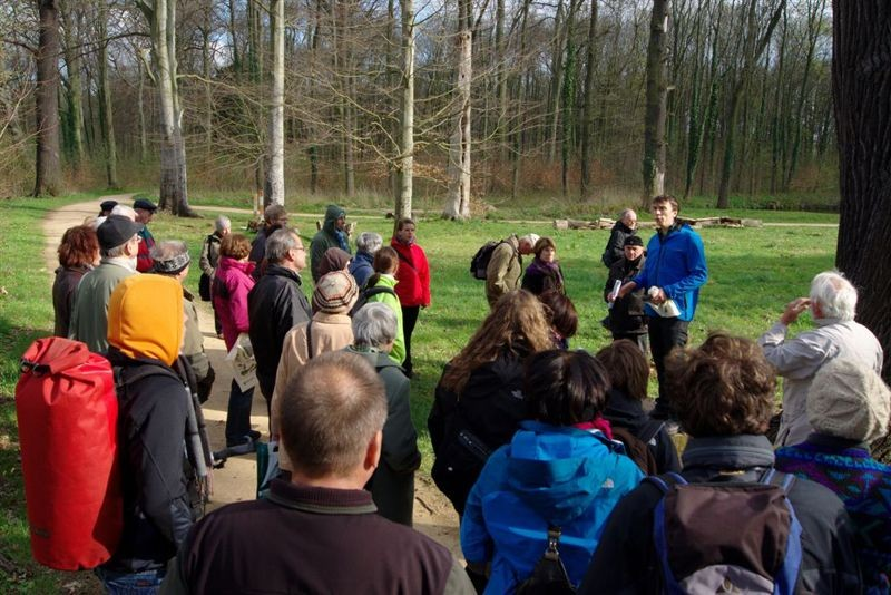 Exkursionsleiter Rolf A. Engelmann führte die Gäste zu einem ganz besonderen Exemplar der Auwaldpflanze 2012.